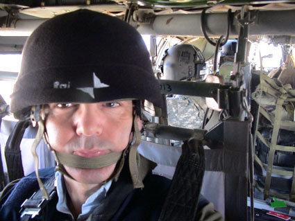 Caschetto obbligatorio su Black Hawk americano in volo tattico da Nassirya a Baghdad - 10 marzo 2010