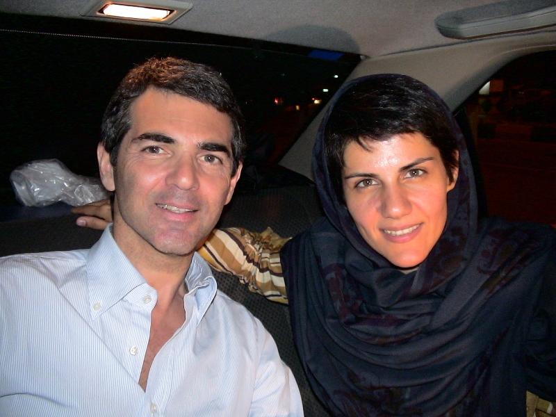 Sandro con la producer e documentarista Firouzeh Khosrovani e il gruppo di produzione per il dossier